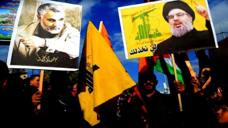 Manifestantes portan fotos del general Soleimani (izq.) y del líder de Hezbolá, Seyed AHsan Nasralá, en una protesta contra los crímenes israelíes en Gaza.