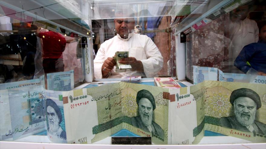 Billetes iraníes en una casa de cambio en Teherán, la capital persa.