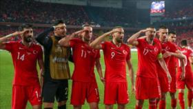 """UEFA """"examinará"""" el saludo militar de la selección turca de fútbol"""