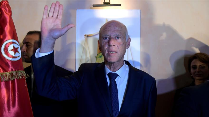 El jurista Kais Said celebra su victoria en las elecciones presidenciales en Túnez, 13 de octubre de 2019. (Foto: AFP)