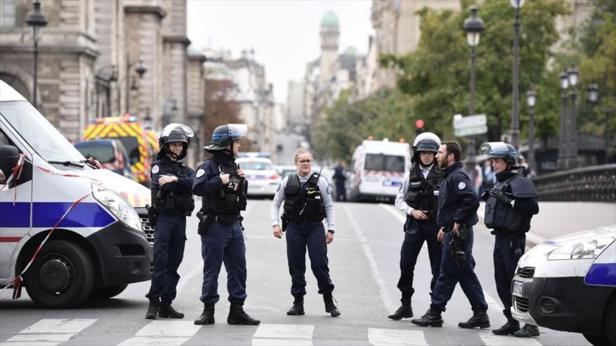 Varios agentes de policía gala vigilan una calle cercana a la Prefectura de Policía de París tras un ataque, 3 de octubre de 2019. (Foto: AFP)
