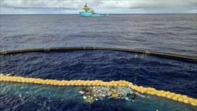 Un enorme dispositivo flotante recolecta plásticos del océano