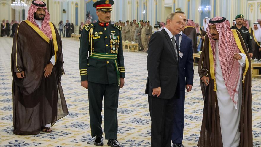 El presidente de Rusia, Vladimir Putin (izda.), habla con el rey saudí, Salman bin Abdulaziz.