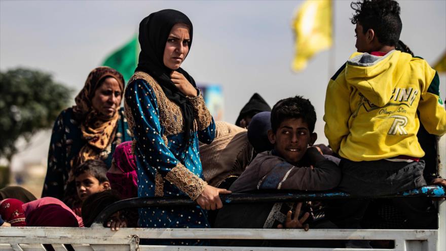 Los civiles árabes y kurdos huyen de las áreas norteñas de Siria que han sido objeto de la agresión militar de Turquía, 11 de octubre de 2019. (Foto: AFP)