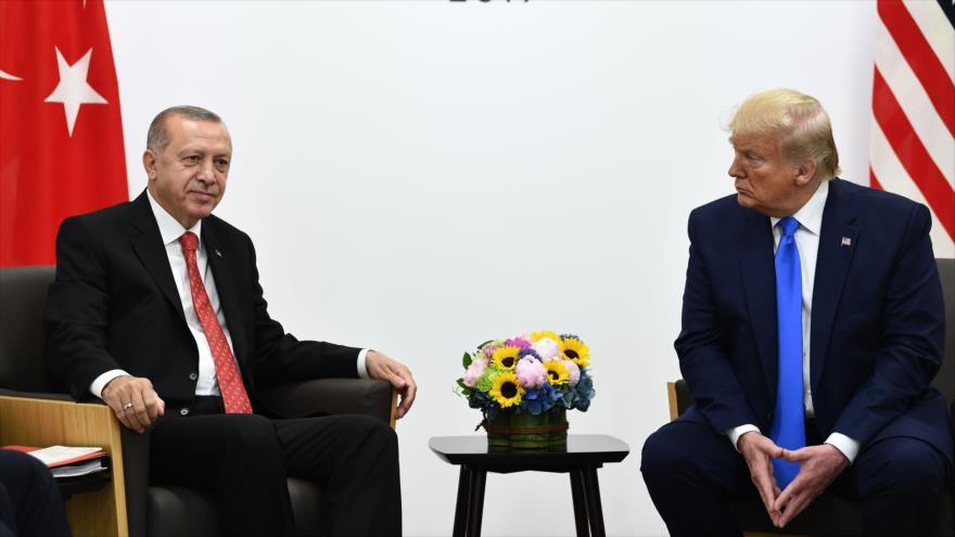 El presidente de EE.UU., Donald Trump (drcha.) y su par turco, Recep Tayyip Erdogan, en una reunión en Japón, 29 de junio de 2019. (Foto: AFP)