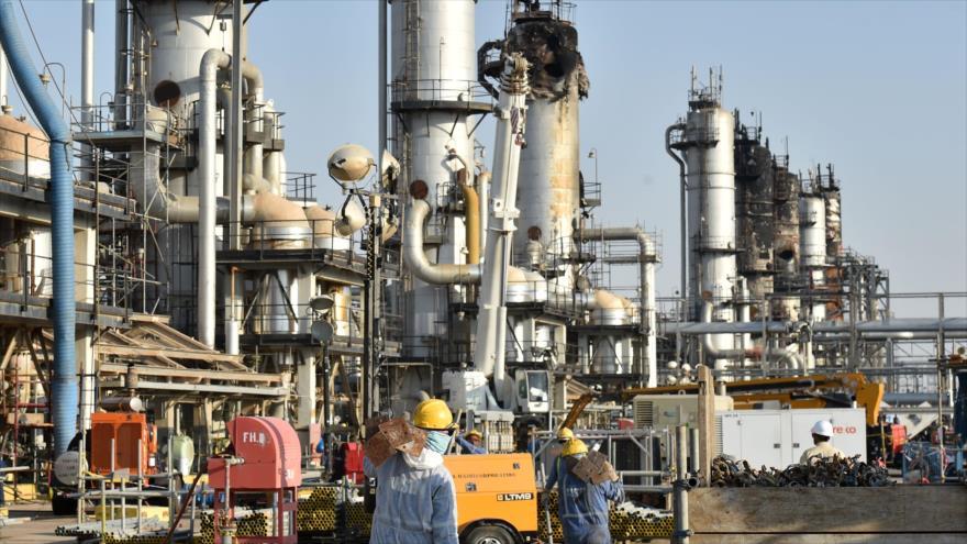 Empleado de la compañía petrolera saudí Aramco trabaja en la planta de procesamiento de petróleo de Abqaiq, 20 de septiembre de 2019. (Foto: AFP)