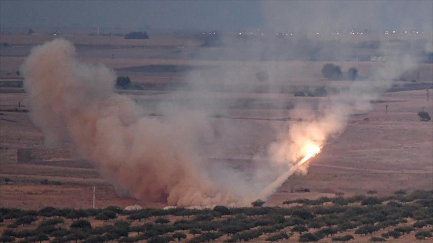 Un misil disparado por las fuerzas turcas hacia la ciudad siria de Ras al-Ain, 15 de octubre de 2019. (Foto: AFP)