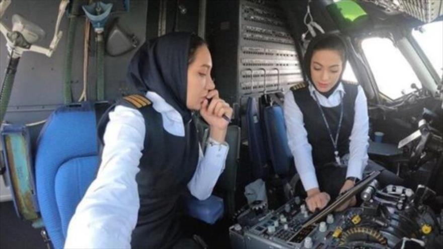 Mujeres pilotos vuelan un avión de pasajeros en Irán.