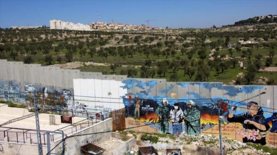 Desechos de un asentamiento ilegal israelí botados cerca de las casas palestinas.