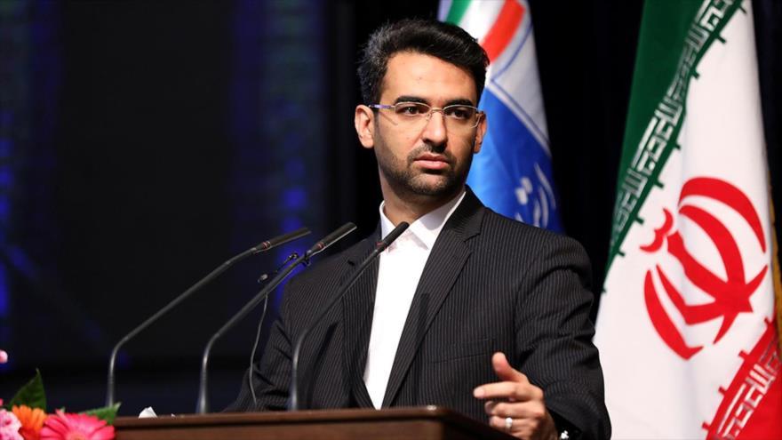 El ministro iraní de Tecnología de Información y Comunicaciones, Mohamad Yavad Azari, ofrece un discurso en Teherán, la capital del país.
