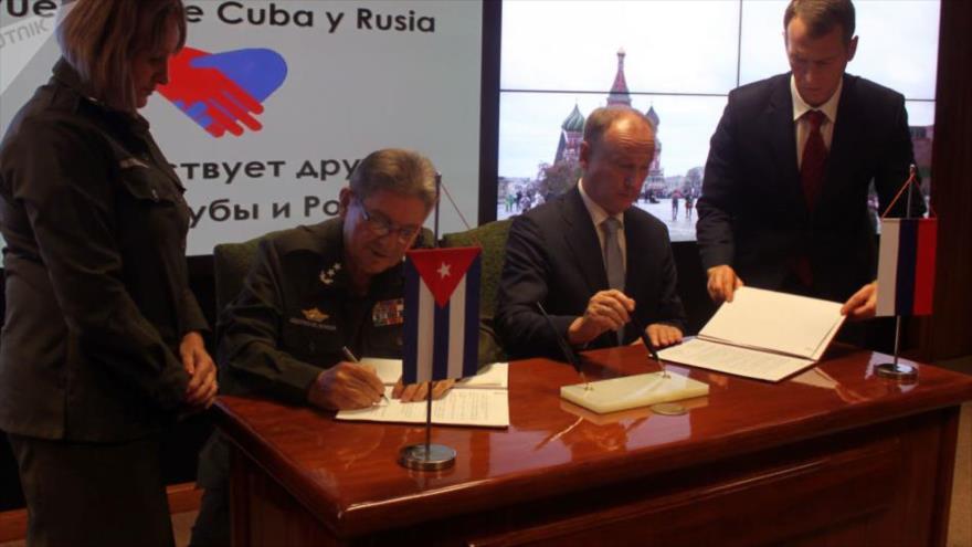 El secretario del Consejo de Seguridad de Rusia (dcha.) y el ministro de Interior de Cuba firman un acuerdo en La Habana, 15 de octubre de 2019.