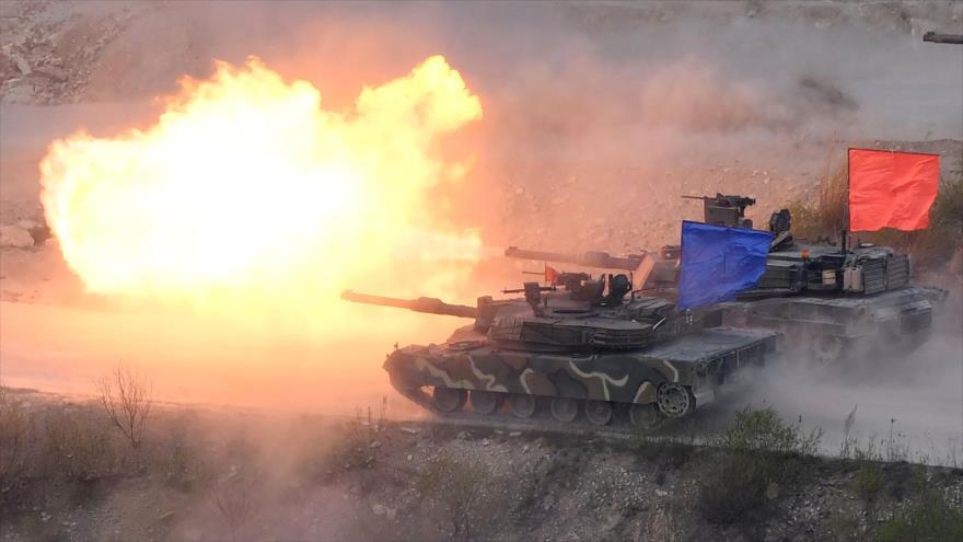 Un tanque surcoreano K1A2 (azul) y un tanque estadounidense M1A2 (rojo) durante un ejercicio militar en ciudad de Pocheon, 26 de abril de 2017. (Foto: AFP)
