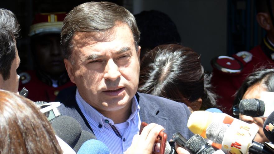 El ministro boliviano de Presidencia, Juan Ramón Quintana, habla con la prensa en la ciudad de Uyuni, 8 de octubre de 2019. (Foto: ABI)