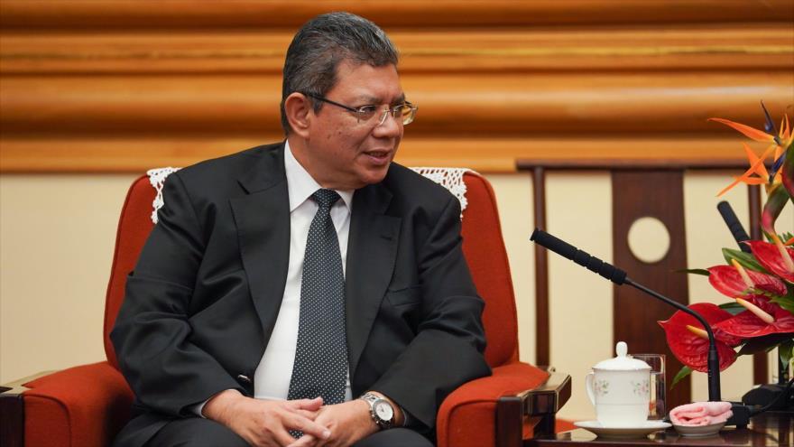 El ministro de Exteriores de Malasia, Saifuddin Abdolá, durante una reunión en Pekín, China, el 12 de septiembre de 2019 (Foto: AFP)