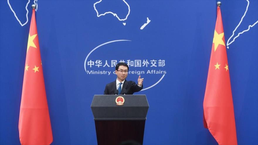 El portavoz del Ministerio de Exteriores de China, Geng Shuang, habla en una rueda de prensa en Pekín, la capital.