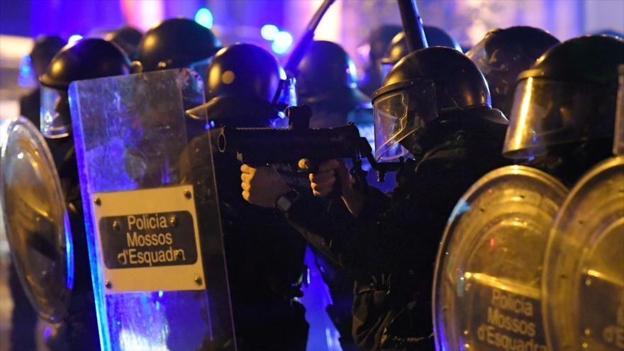 Varios agentes de la policía antidisturbios de España disparan contra los manifestantes independentistas catalanes en Barcelona, 17 de octubre de 2019. (Foto: AFP)