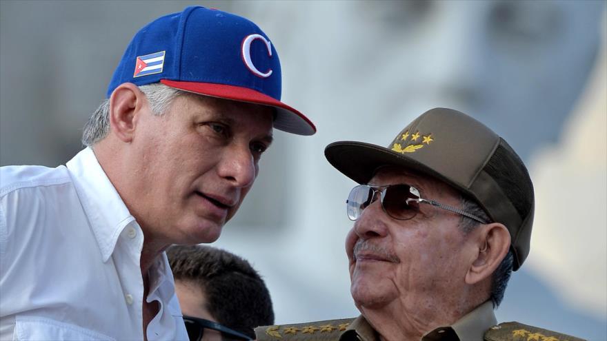 El presidente cubano Miguel Díaz-Canel (izda.) junto al primer secretario del Partido Comunista Raúl Castro, La Habana, 1 de mayo de 2018. (Foto: AFP)