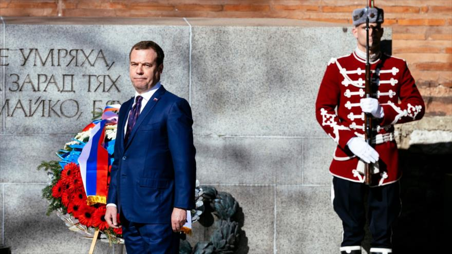 El primer ministro ruso, Dmitry Medvedev, asiste a un homenaje al soldado desconocido en Sofía, Bulgaria, 4 de marzo de 2019. (Foto: AFP)