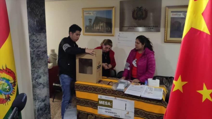 Funcionarios bolivianos preparan un colegio electoral en China para los comicios generales, 19 de octubre de 2019. (Foto: ABI)