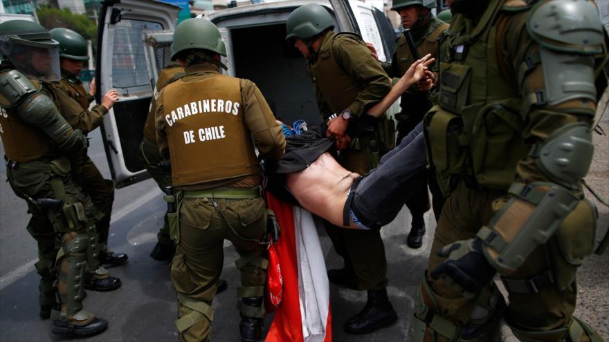Los agentes de la Policía chilena detienen a un manifestante en Santiago (la capital), 19 de octubre de 2019. (Foto: AFP)