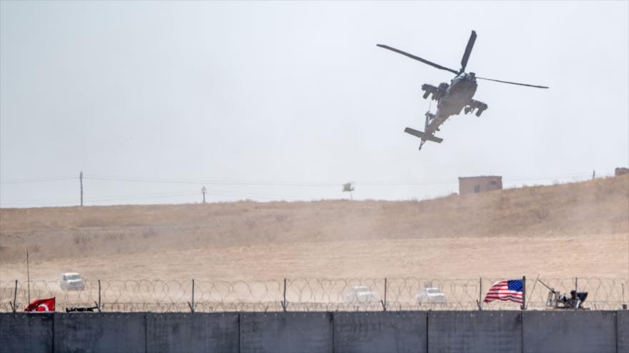 Un helicóptero de EE.UU. sobrevolando una patrulla militar Washington-Ankara cerca de la frontera de Siria, 8 de septiembre de 2019. (Foto: AFP)