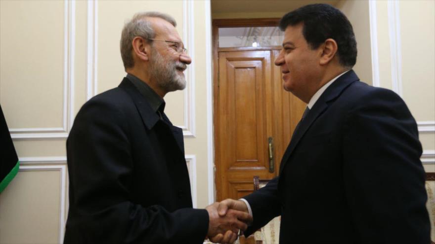 El presidente del Parlamento iraní, Ali Lariyani, (izda.) saluda al embajador sirio en Teherán, Adnan Hasan Mahmud, 21 de octubre de 2019. (Foto: ICANA)