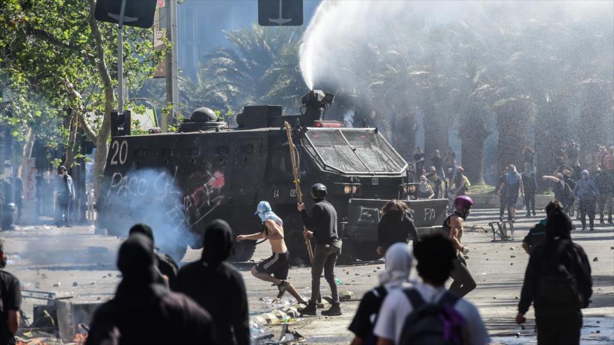 Los chilenos siguen las protestas en las calles de Santiago