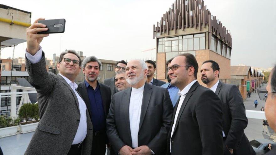 El ministro de Exteriores de Irán, Mohamad Yavad Zarif, durante su visita a un complejo industrial en la capital de Irán, Teherán, 21 de octubre de 2019.