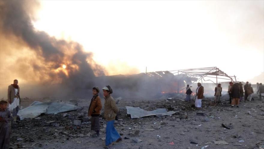 Una columna de humo se eleva de una estructura en la provincia yemení de Saada tras un bombardeo saudí, 6 de enero de 2018. (Foto: AFP)
