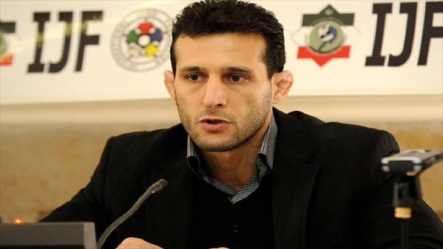 El presidente de la Federación de Judo de Irán, Arash Miresmaeli, da una rueda de prensa.
