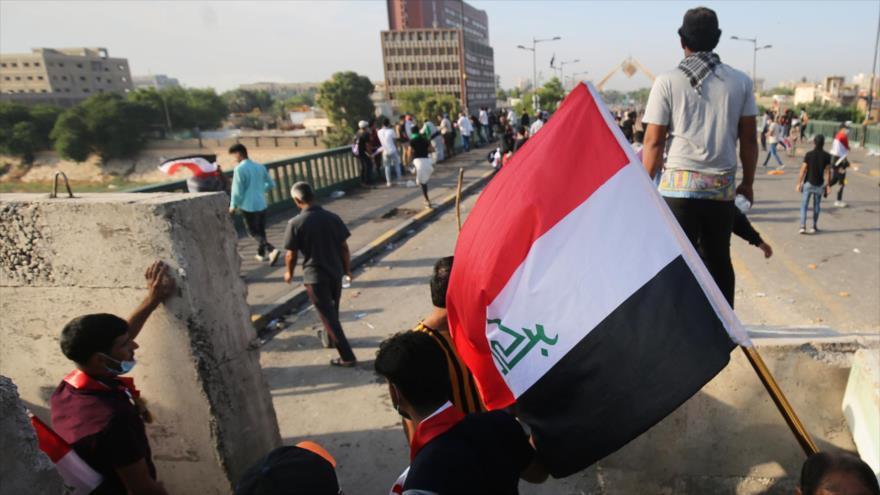 Iraquíes se manifiestan cerca de la Zona Verde de Bagdad, 25 de octubre de 2019. (Foto: AFP)