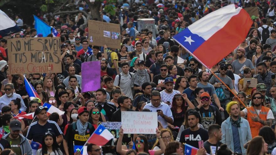 Manifestantes congregados en Santiago, capital de Chile, para protestar contra el Gobierno de Sebastián Piñera, 25 de octubre de 2019. (Foto: AFP)