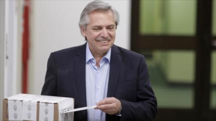 Fernández deposita su voto y promete trabajar por un país mejor
