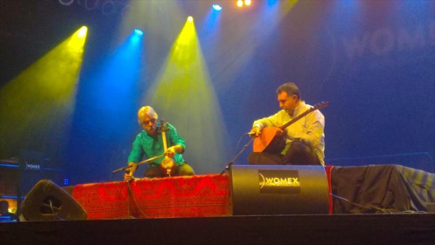 El músico iraní Kayhan Kalhor toca kamanche, un instrumento persa de cuerda, en la 25.ª edición de World Music Expo (WOMEX) en Tampere, Finlandia.