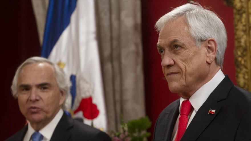El presidente chileno, Sebastián Piñera (dcha.), en la Casa de Gobierno en Santiago, la capital, 28 de octubre de 2019. (Foto: AFP)