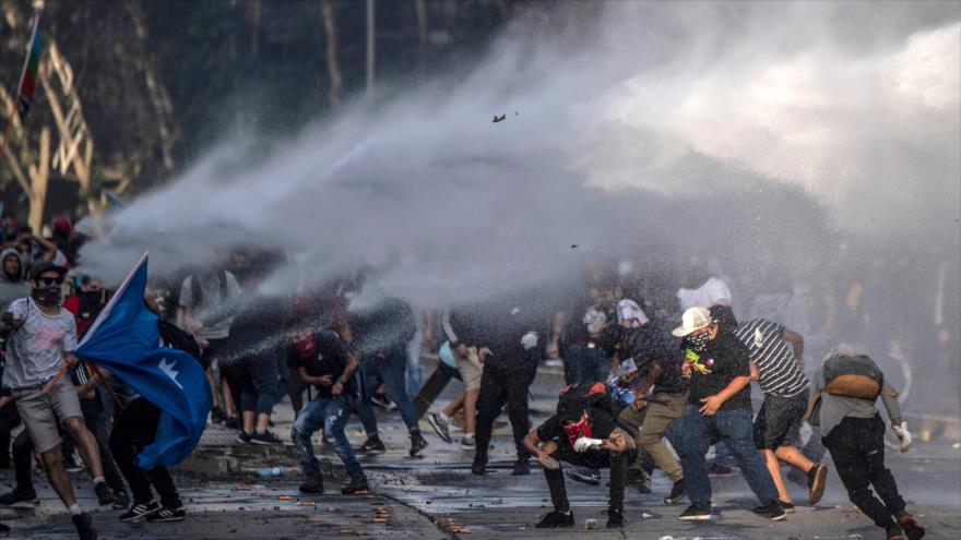Policía de Chile intenta dispersar a manifestantes durante las protestas contra las políticas económicas del Gobierno, 29 de octubre de 2019. (Foto: AFP)