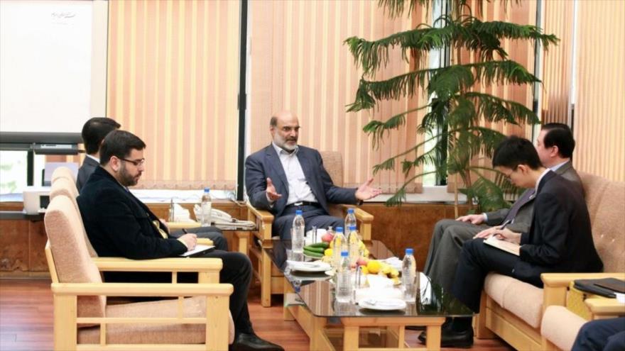 El jefe de la Organización de la Radio y Televisión de Irán, Abdolali Ali Asgari (centro), se reúne con el embajador chino en Teherán, 31 de octubre de 2019.