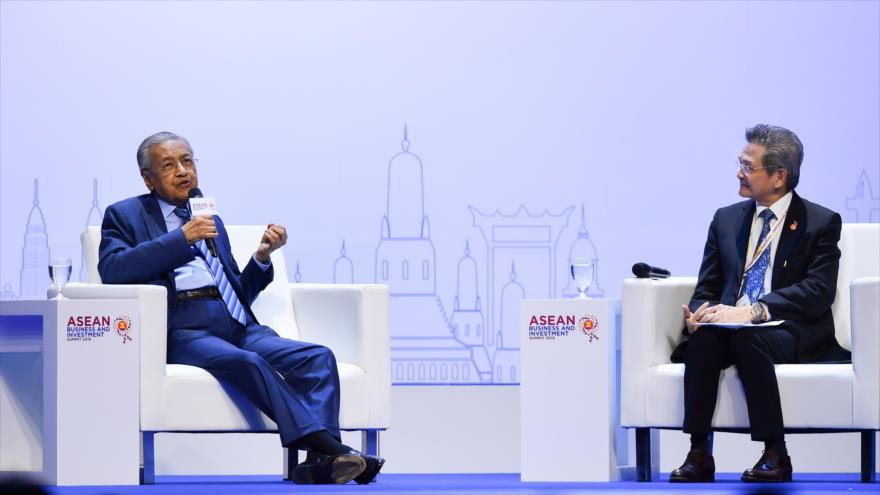 Premier de Malasia, Mahathir Mohamad (izq.), habla una reunión al margen de la 35.ª Cumbre de la ASEAN en Bangkok, 2 de noviembre de 2019. (Foto: AFP)