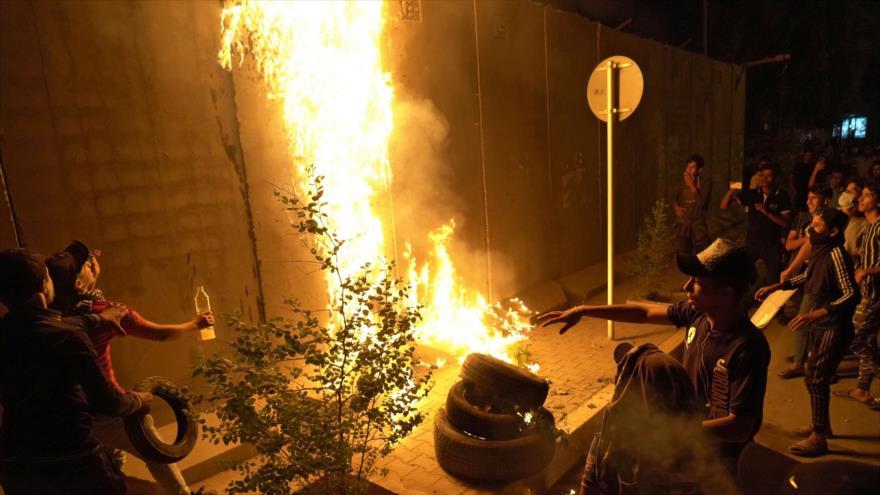 Un grupo de alborotadores iraquíes ataca el consulado iraní en la ciudad iraquí en Karbala, 3 de noviembre de 2019. (Foto: AFP)