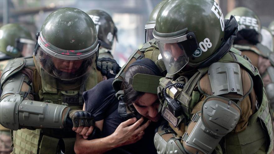 La Policía antidisturbios arresta a un manifestante durante las marchas en Chile, Santiago, 4 de noviembre de 2019 (Foto: AFP)
