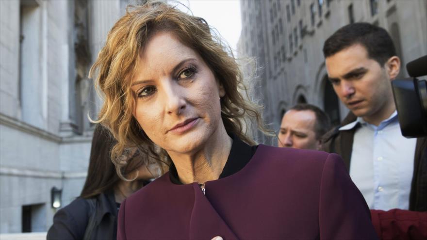 """Summer Zervos, exconcursante del programa televisivo de Trump """"The Apprentice"""", sale de la Corte Suprema de Nueva York, 18 de octubre de 2018. (Foto: AP)"""