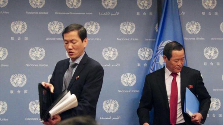 Diplomáticos norcoreanos ante las Naciones Unidas, incluido el embajador Kim Song (drcha.), hablan en una conferencia de prensa en la sede de la ONU.