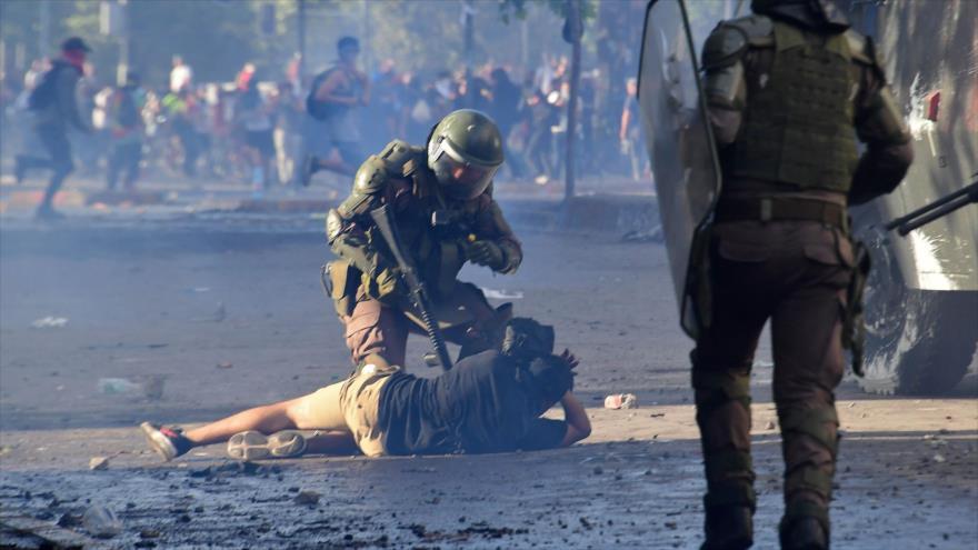 Policía chilena detiene a un manifestante durante protestas antigubernamentales en Santiago, capital chilena, 5 de noviembre de 2019. (Foto: AFP)
