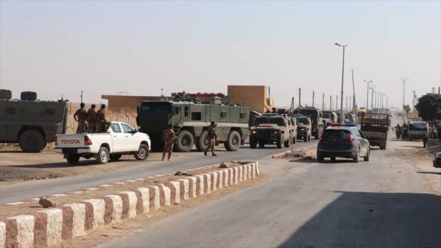 Un convoy militar ruso llega a la ciudad de Ain Isa, sita en el norte de provincia siria de Al-Raqa, en frontera con Turquía, 6 de noviembre de 2019.