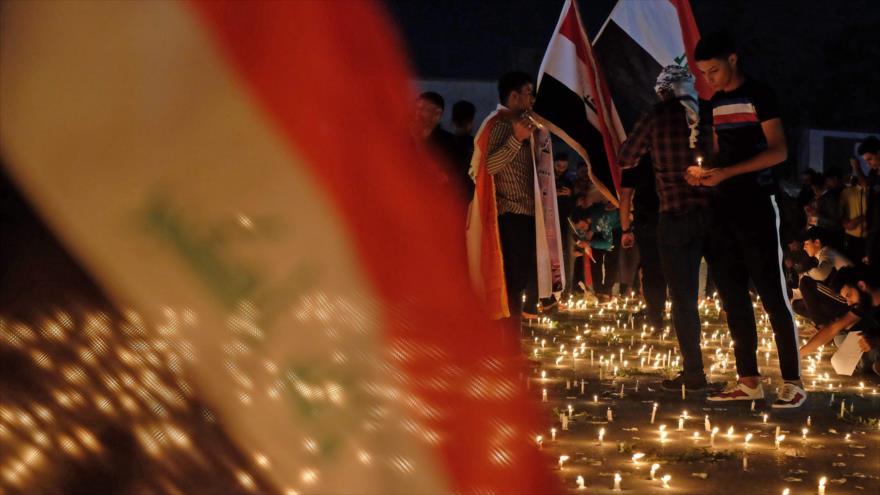 Manifestantes iraquíes encienden candelas por las víctimas de las protestas, Karbala, 1 de noviembre de 2019. (Foto: AFP)