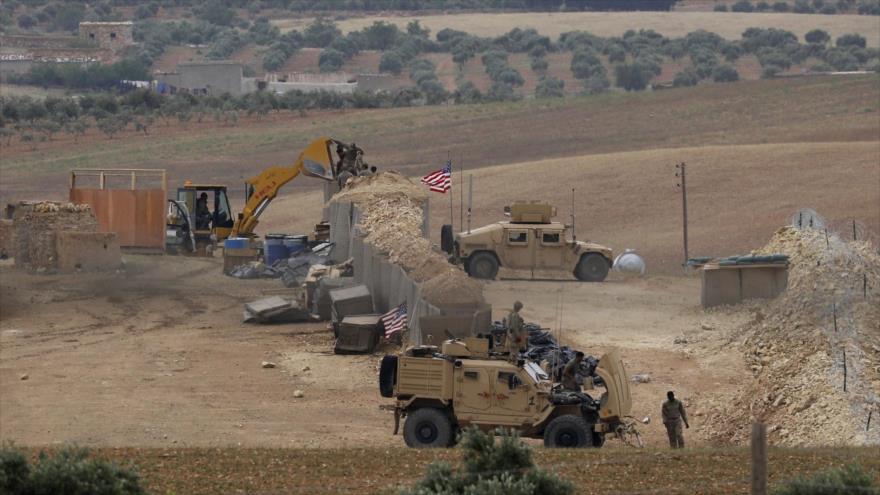 Vehículos de EE.UU. en una base military en en la ciudad siria de Manbij, el norte de Siria, 8 de mayo de 2018. (Foto: AFP)