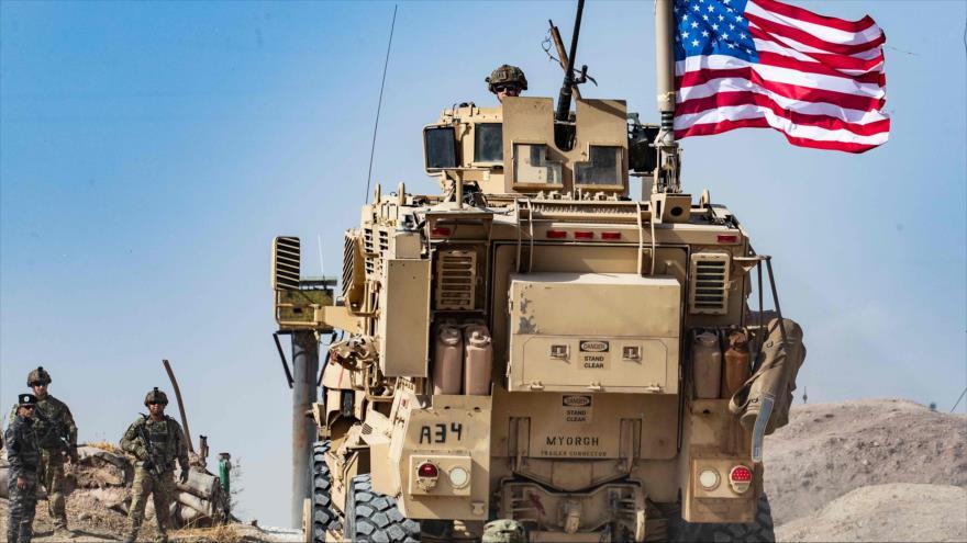 Soldados estadounidenses junto a un vehículo blindado en las afueras de la ciudad de Ras al-Ain, noreste de Siria, 6 de octubre de 2019. (Foto: AFP)