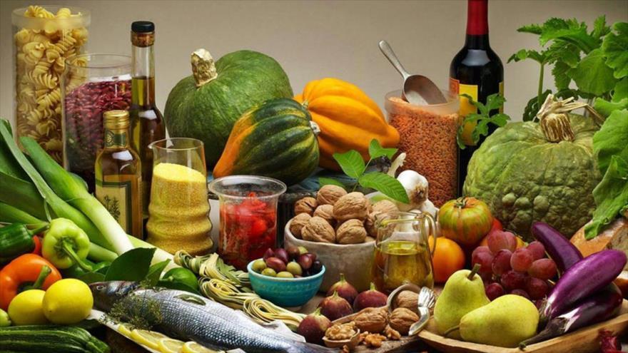Un estudio revela que la dieta mediterránea baja en calorías adelgaza y protege el corazón.