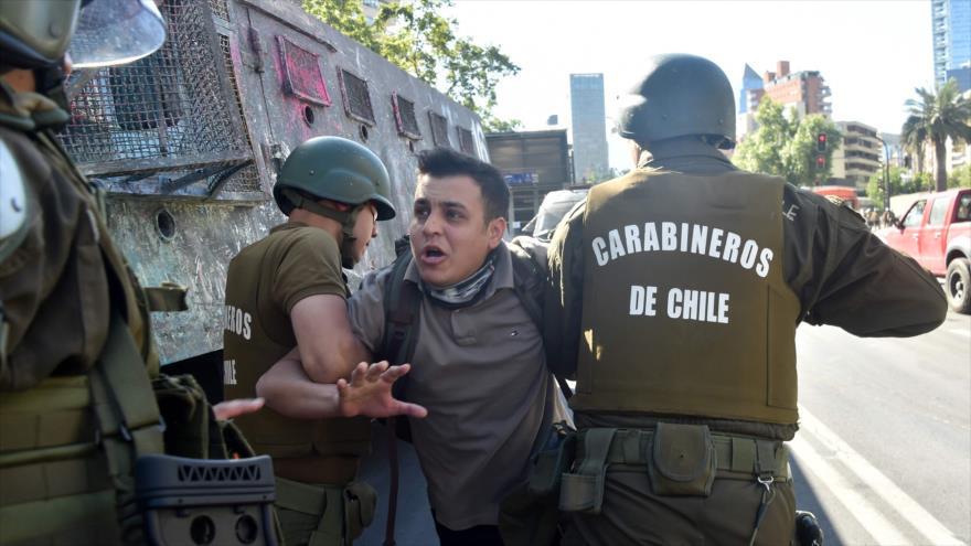 Policía chileno usa a un muchacho como escudo humano | HISPANTV