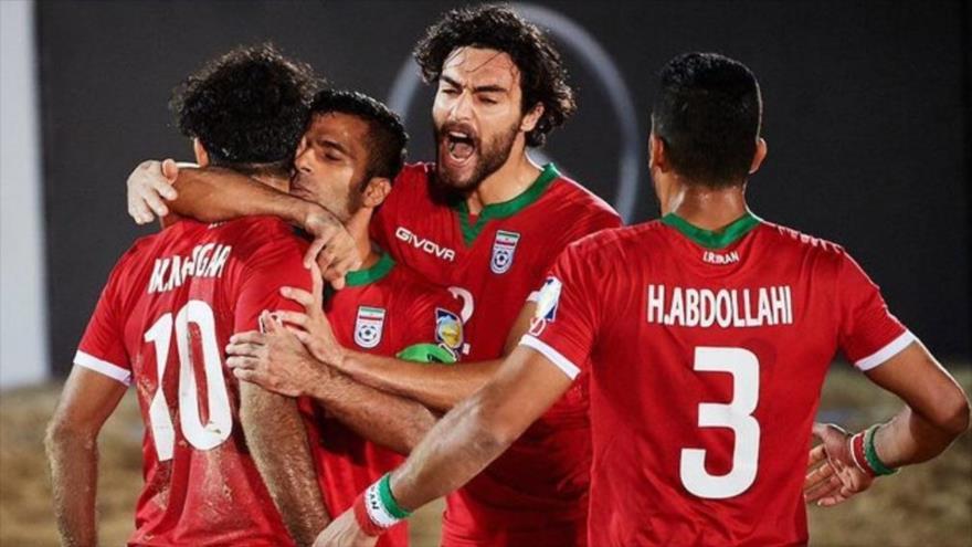 Jugadores de la selección iraní de fútbol playa vencen a los rusos en la Copa Intercontinental de Dubái, 7 de noviembre de 2019.